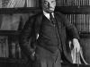 25. В.И.Ленин у книжного шкафа в своём кабинете в Кремле. Москва, октябрь 1918 года