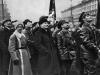 36. В.И.Ленин и Я.М.Свердлов осматривают открытый временный памятник К.Марксу и Ф.Энгельсу. Москва, 7 ноября 1918 года