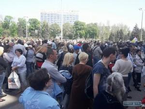 Люди на площади